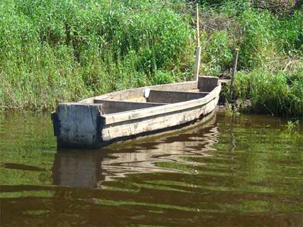 Река угра местная деревянная лодка